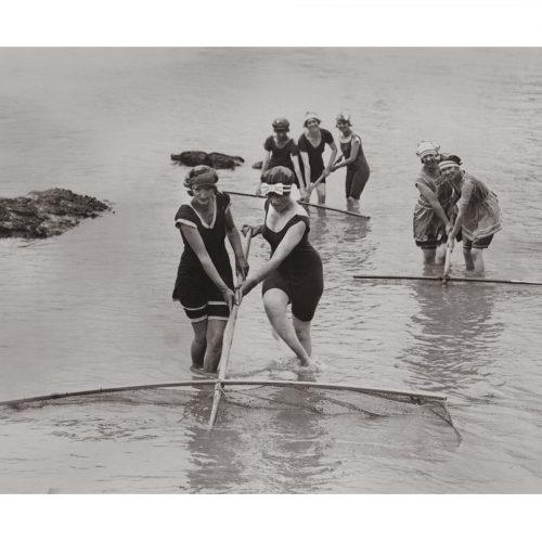 Photo d'époque pêche n°53 - Femmes à la pêche à la crevette grise dans les Flandres -photographe Victor Forbin