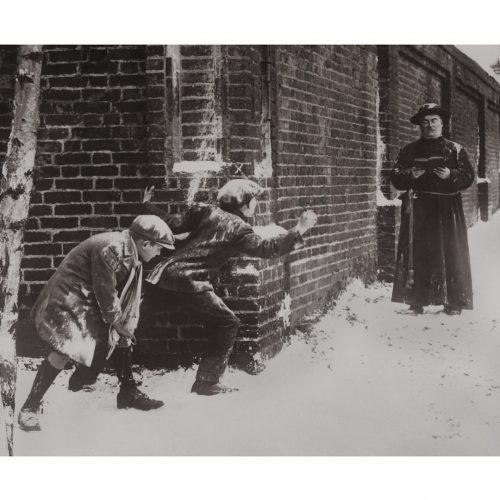 Photo d'époque tendre enfance n°11 - cache-cache avec un prêtre
