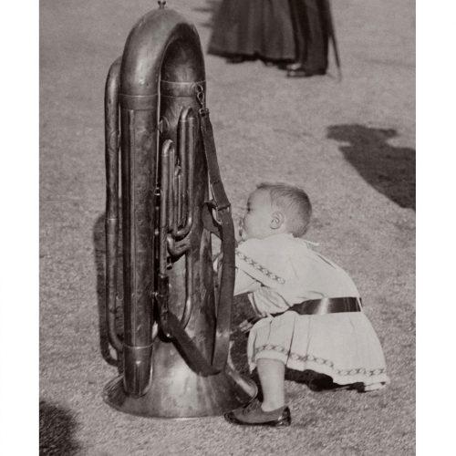 Photo d'époque tendre enfance n°12 - petite fille avec un tuba