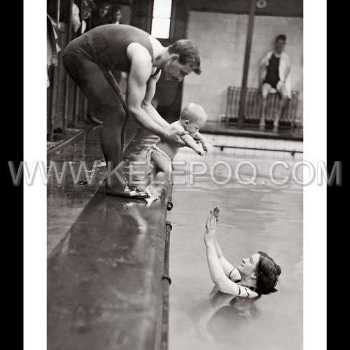Photo d'époque enfance n°06 - famille dans la piscine - photographe Victor Forbin