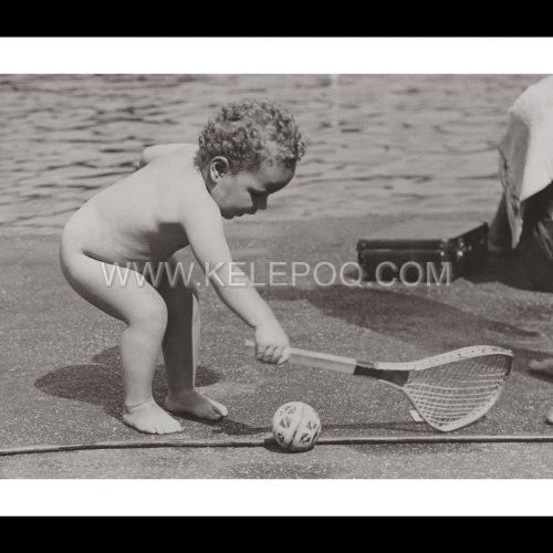 Photo d'époque tendre enfance n°14 - bébé au tennis
