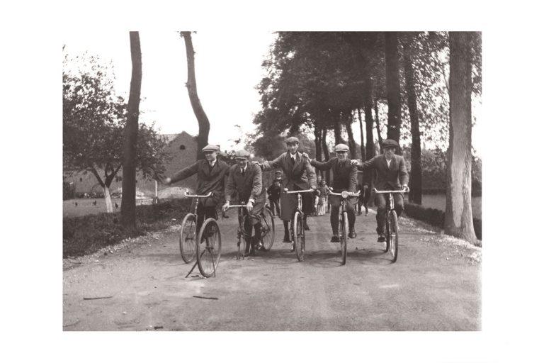 Photo d'époque Cycles n°39 - copains à vélo - mai 1927