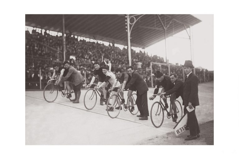 Photo d'époque cycles n°41 - départ course cycliste