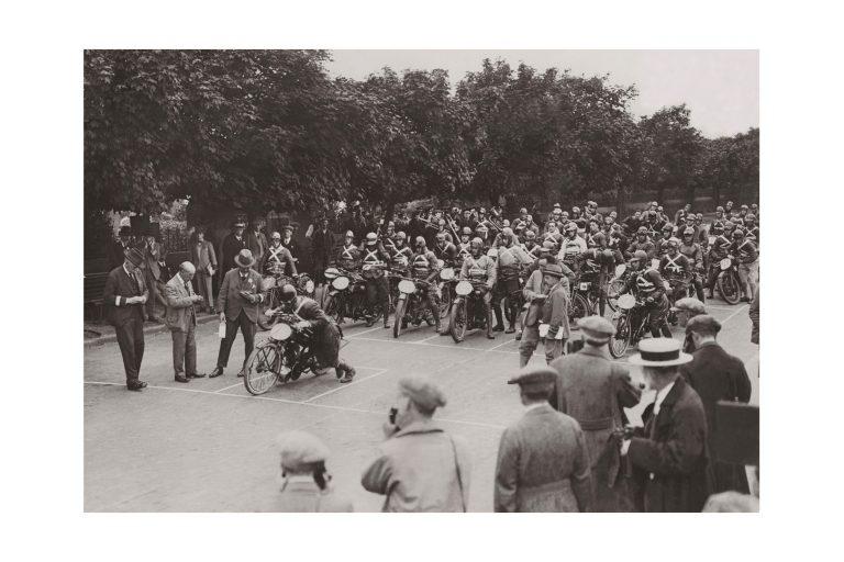 Photo d'époque cycles n°44 - départ course moto - Ile de Man