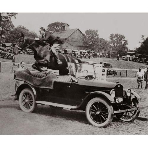Photo d'époque Equitation n°46 - saut d'obstacle voiture