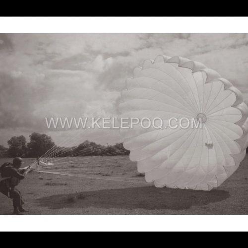 Photo d'époque dans les airs n°16 - parachutiste
