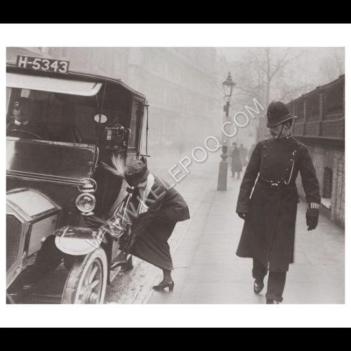 Photo d'époque urbain n°21 - policier anglais curieux
