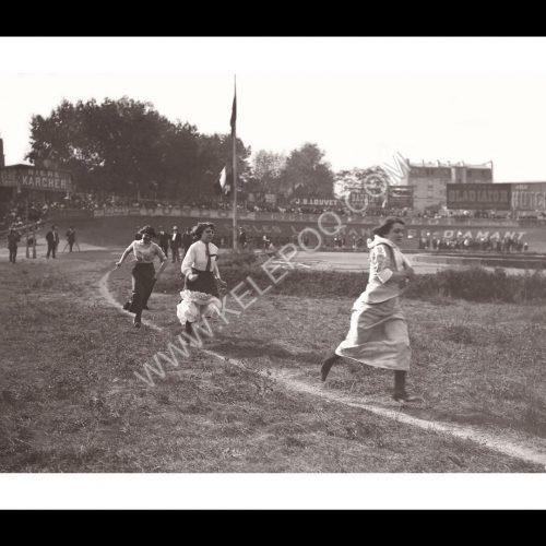 Photo d'époque sport n°39 - Course féminine d'athlétisme en robes, jupons et escarpins - 1920