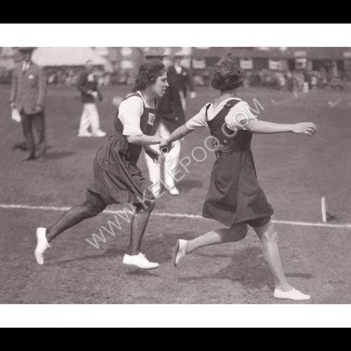 Photo d'époque sport n°46 - course de relais féminine