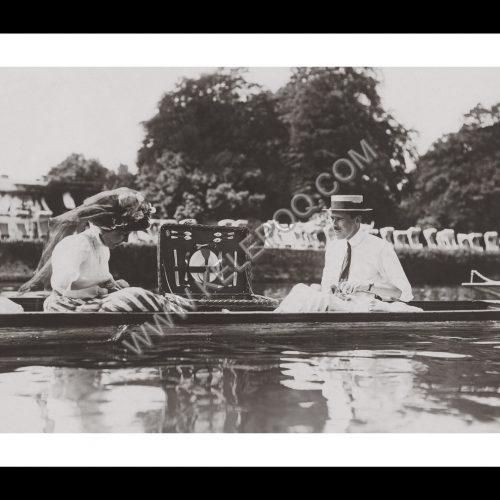 Photo d'époque sur l'eau n°17 - pique-nique dans une barque - photographe Victor Forbin