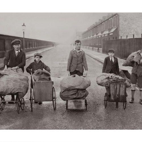 Photo d'époque Enfance n°22 - écoliers ramenant du bois - Tottenham - Londres - Angleterre
