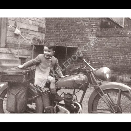 Photo d'époque tendre enfance n°21 - petit garçon sur moto