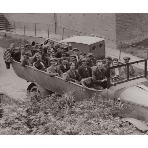 Photo d'époque métiers n°25 - mineurs rentrant chez eux - Angleterre - photographe Victor Forbin