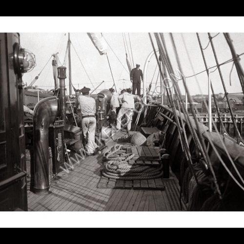 Photo d'époque sur l'eau n°35 - équipage sur le pont d'un bateau