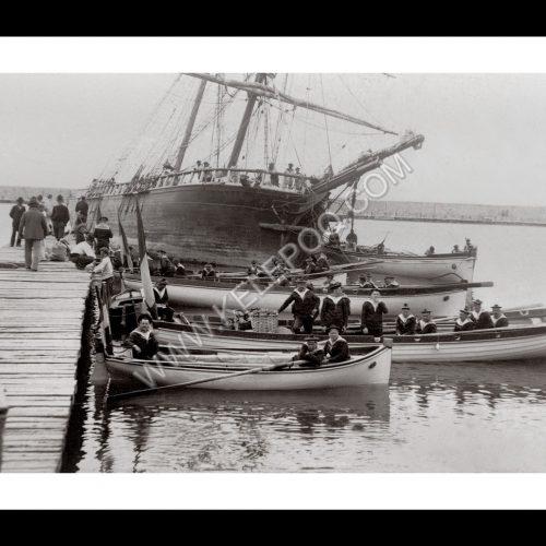 Photo d'époque sur l'eau 43 - équipage à bord de barques