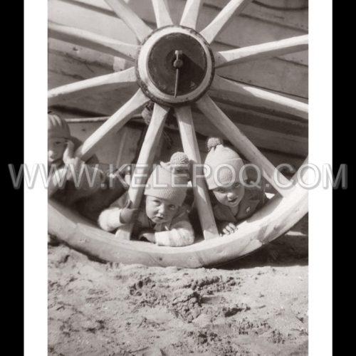Photo d'époque tendre enfance n°24 - enfants jouant dans le sable