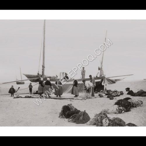 Photo d'époque Pêche n°82 - Nettoyage des filets de pêche - Mer du Nord