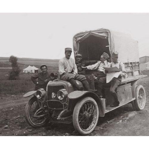 Photo d'époque Automobile n°75 - soldats de l'Armée française en repos à bord d'une voiture Louis Renault
