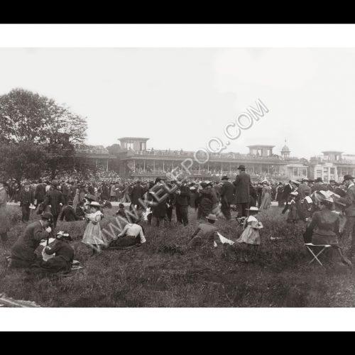 Photo d'époque équitation n°58 - hippodrome d'Auteuil - vue sur les tribunes prise de la pelouse