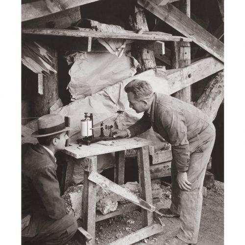 Photo d'époque Métiers n°42 - Mesure d'hygrométrie dans une menuiserie
