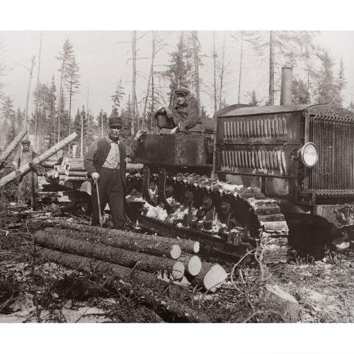 Photo d'époque Métiers n°46 - ancien char de guerre utilisé pour tirer des wagons de rondins de bois - Nord du Minnesota - Mai 1923 - Photographe Victor Forbin