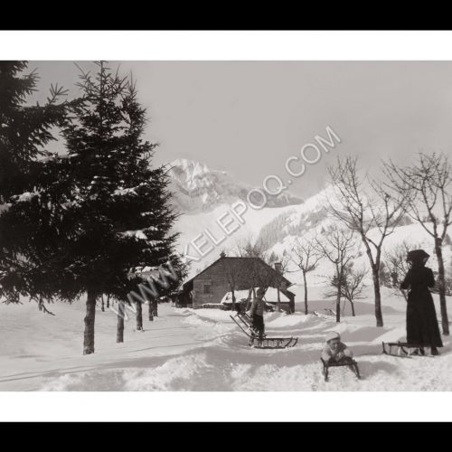 Photo d'époque Montagne n°108 - enfants en luge avec leur maman