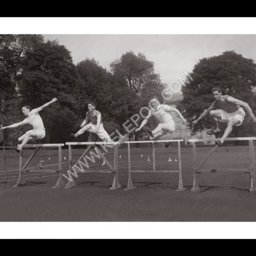 Photo d'époque SPORT n°74 - Championnat interuniversitaire au College Park de Dublin - saut de haies - 110 mètres haies -photographe Victor Forbin