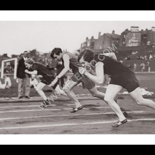 Photo d'époque SPORT n°82 - Miss Wilson - départ du 800m - championnat international d'athlétisme féminin - Photographe Victor Forbin