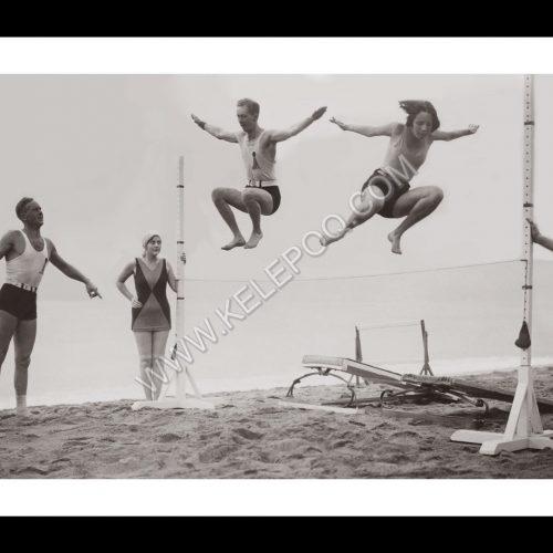 Photo d'époque SPORT n°83 - match de sauts entre les hommes et les femmes sur la plage