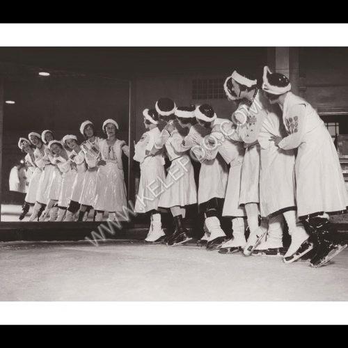 Photo d'époque SPORT n°84 - Patineuses répétant un tableau en costumes serbes - Conseil National de clubs de patinage féminin - Carnaval de Westminster