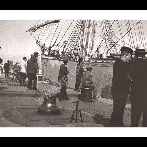 Photo d'époque Sur l'eau n°59 - bateau de pêche amarré au port