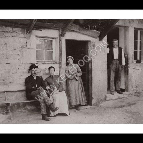 Photo d'époque Campagne n°27 - paysans sur le seuil