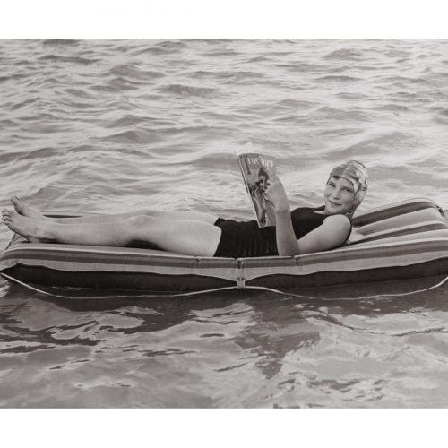 Photo d'époque Mer n°79 - Pause lecture sur l'eau