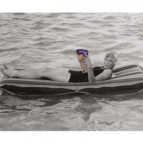 Photo d'époque Mer couleur n°79 - Pause lecture sur l'eau (70x105)