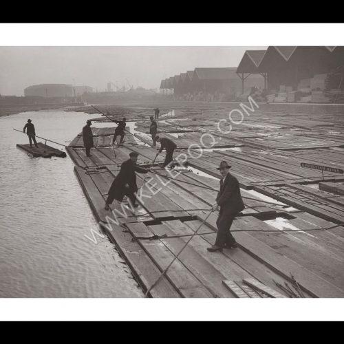 Photo d'époque Métiers n°48 - stockage de bois de construction sur les quais commerciaux de Surrey dans le Port de Londres