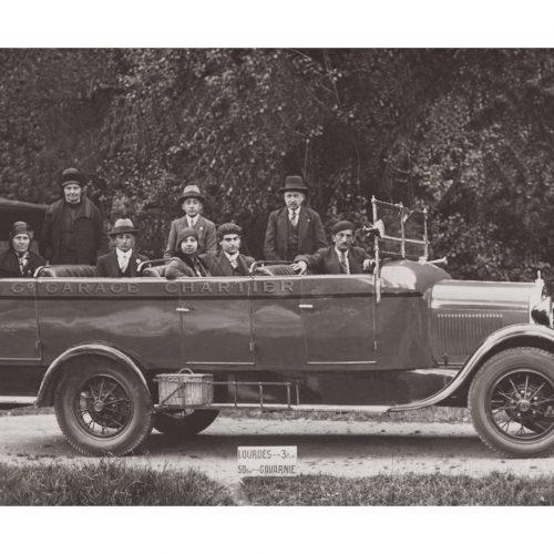 Photo d'époque Automobile n°77 - voiture autocar décapotable avec les pèlerins sur la route de Lourdes
