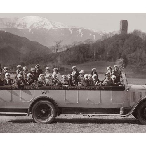 Photo d'époque Automobile n°78 - voiture autocar décapotable avec les pèlerins sur la route de Lourdes