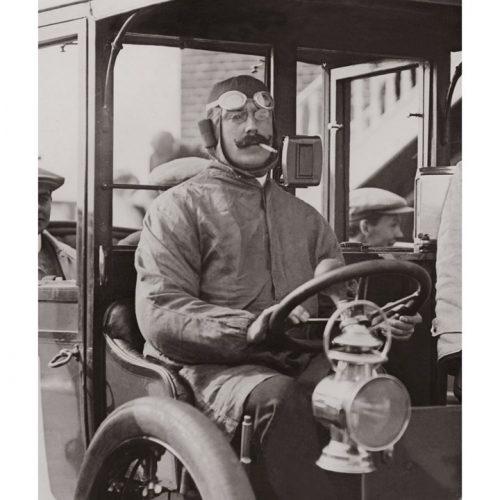 Photo d'époque Automobile n°84 - William Harvey Du Cros - gagnant de la course des taxis à Brooklands en Angleterre - Photographe Victor Forbin