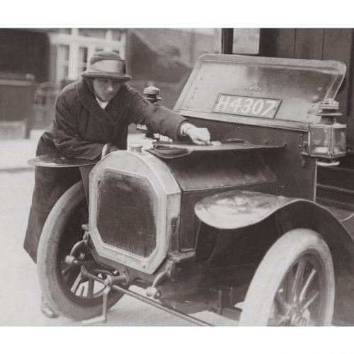 Photo d'époque Automobile n°95 - Miss Vivian Martin réparant sa voiture aux Etats-Unis