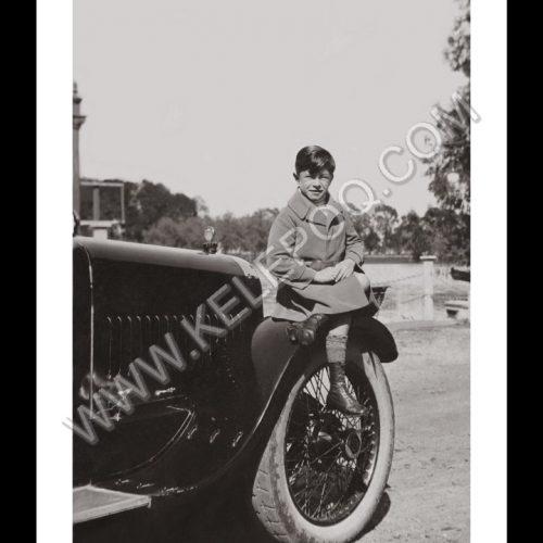 Photo d'époque Enfance n°31 - garçon posé sur un capot de voiture