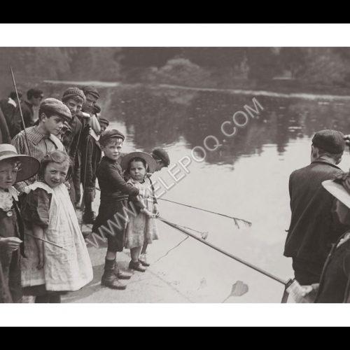 Photo d'époque Enfance n°34 - enfants en plein concours de pêche