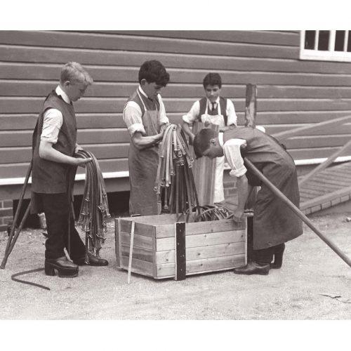 Photo d'époque Métiers n°59 - travailleurs handicapés en service de guerre pour la fabrication de lanières en cuir - entreprise Sir William Treloar - Alton - Angleterre