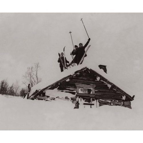 Photo d'époque Montagne n°114 - skieurs posant sur un toit de chalet enneigé en Norvège - Photographe Victor Forbin