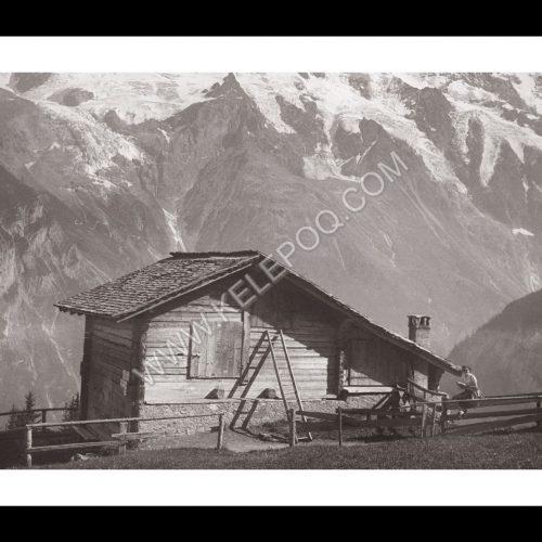 Photo d'époque Montagne n°112 - lecture près d'un chalet de montagne avec vue sur les sommets enneigés
