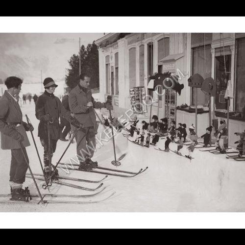 Photo d'époque Montagne n°113 - Un magasin a entreposé ses skieurs miniatures sur une table de neige