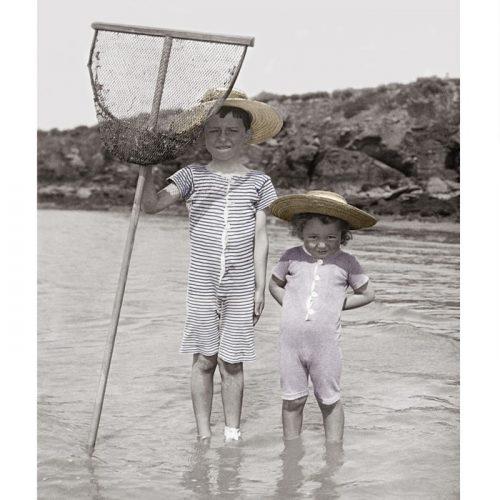 Photo d'époque Enfance couleur n°33 - enfants à la pêche à l'épuisette à Pornic en 1904